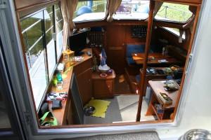 Zwischendurch ein kleiner Einblick ins Boot: Ganz vorne hinter der Türe die Bugkabine von Nico, davor die Küche (Pantry)  und der Essplatz ...