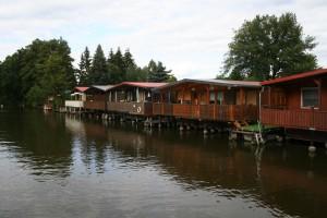 Vorbei an den alten Bootshäusern (können auch für Urlaubsaufenthalte gemietet werden).